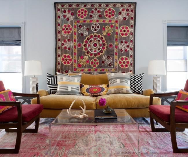 Стеклянный стол всегда поможет комнату сделать визуально просторнее. А особенно удачно оно сочетается в этом стиле с кованым обрамлением