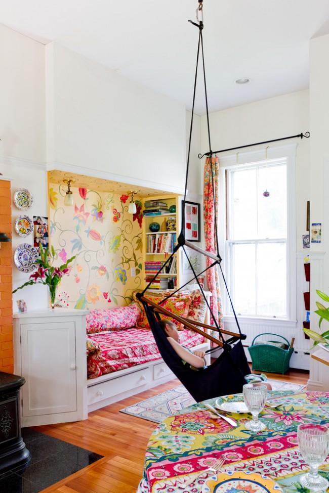Подвесное кресло-гамак в разноцветной детской в стиле бохо
