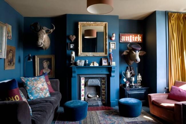 Много неформального синего в интерьере гостиной