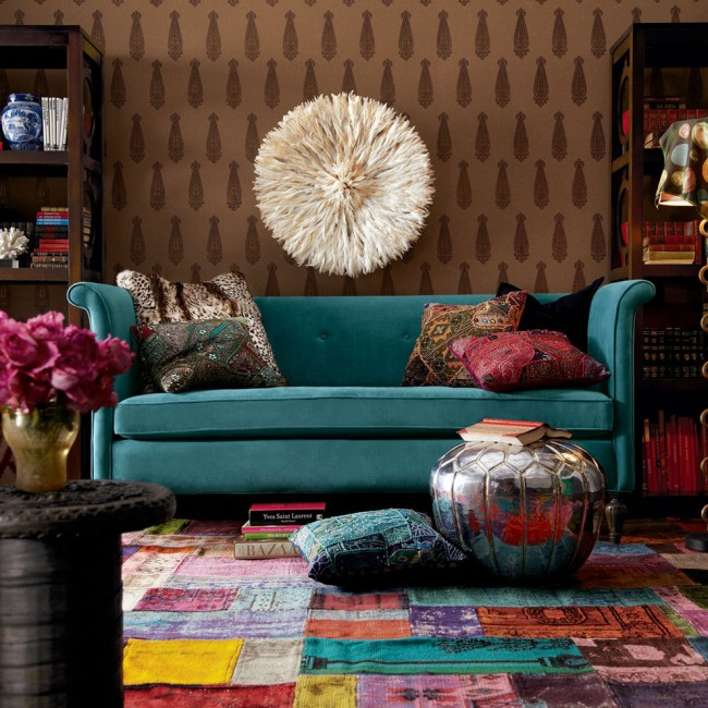 Атмосфера творчества и расслабленности в интерьере гостиной