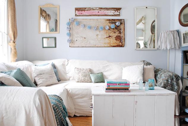 Один из выигрышных вариантов скрыть недостатки старой мебели - это чехол