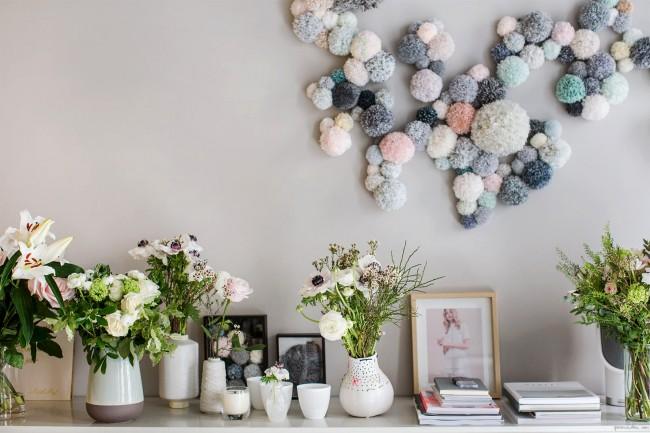 Украсить стены любой комнаты можно яркими тонкими гирляндами и помпонами из вязальных ниток