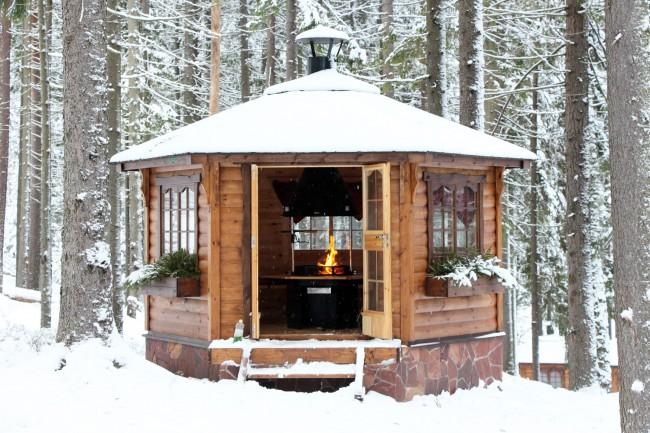 В хорошо утепленной беседке будет уютно даже зимой