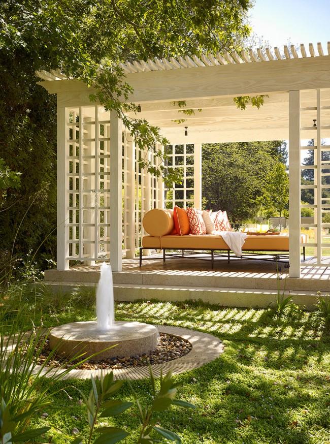 Практичное и красивое обустройство пергольной беседки для укрытия от солнца и расслабленного отдыха