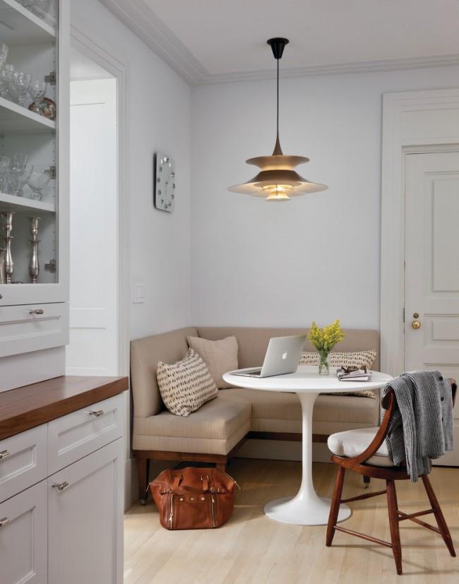 Небольшой угловой кухонный диванчик в светлых тонах