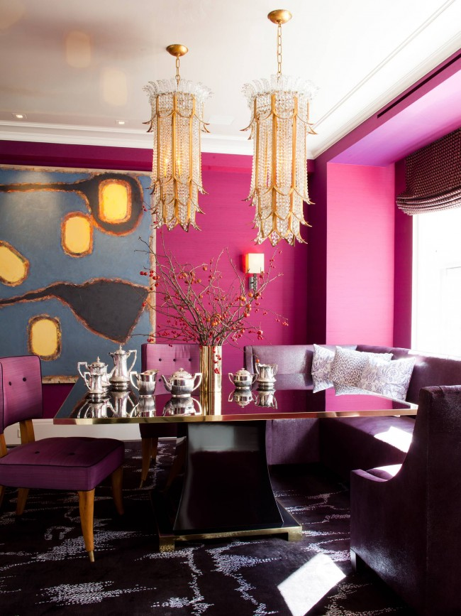 Психоделичная и немного декадентская столовая: фуксия на стенах и глубокий фиолет в мебели