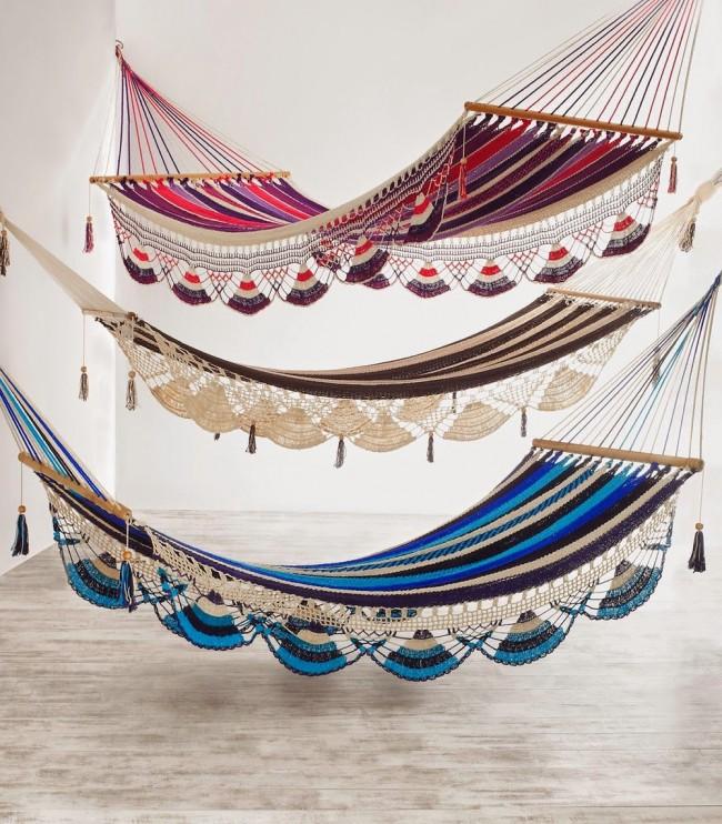 Полосатые гамаки с кружевным декором, вязаным крючком