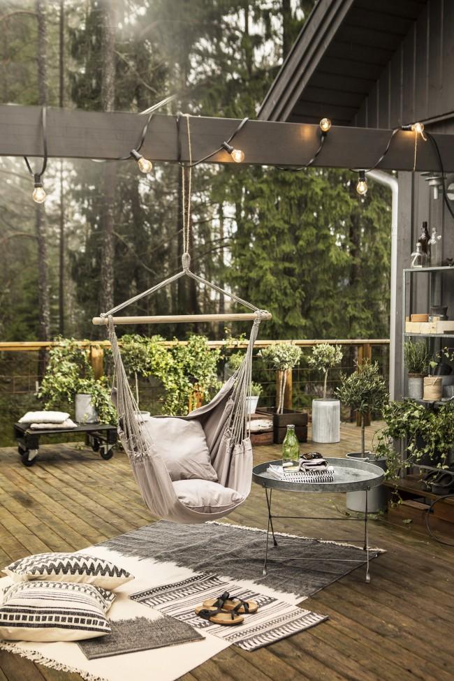 Дачное подвесное кресло на простейшем каркасе-перекладине