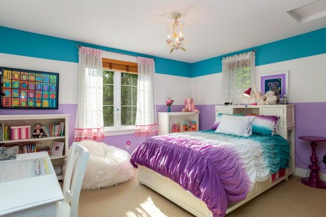 Большая широкая кровать в комнате девочки