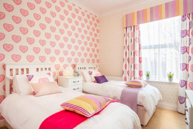 Нежная и романтическая комната с обоями в сердечко для девочек