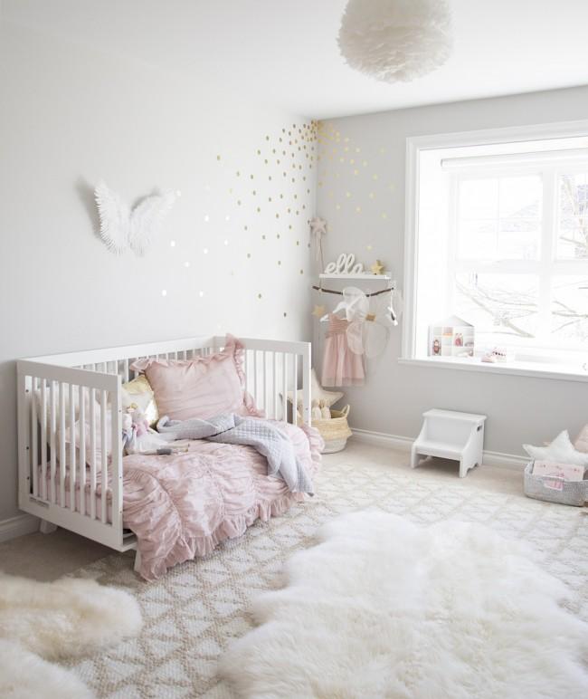 Светлая уютная детская - простая, но уютно дополненная пушистым мягким декором и аксессуарами