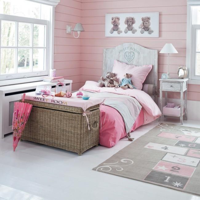 Нежно-розовая комната с английскими окнами, дающими хорошее естественное освещение