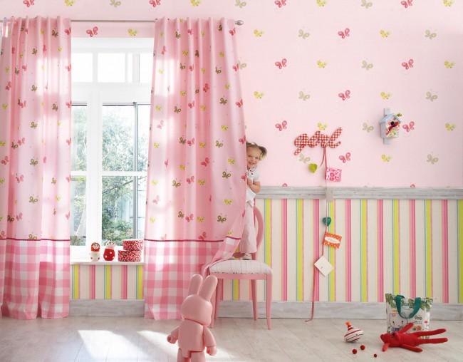 Теплые оттенки в комнате создают уют и поднимают настроение малышке