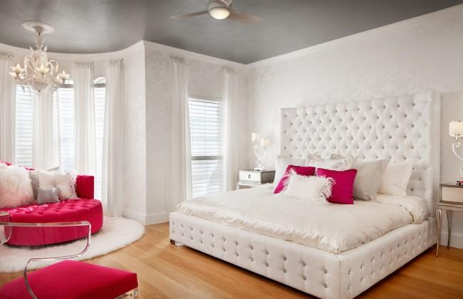 Гламурная комната в жемчужно-белых тонах с яркими аксессуарами цвета маджента