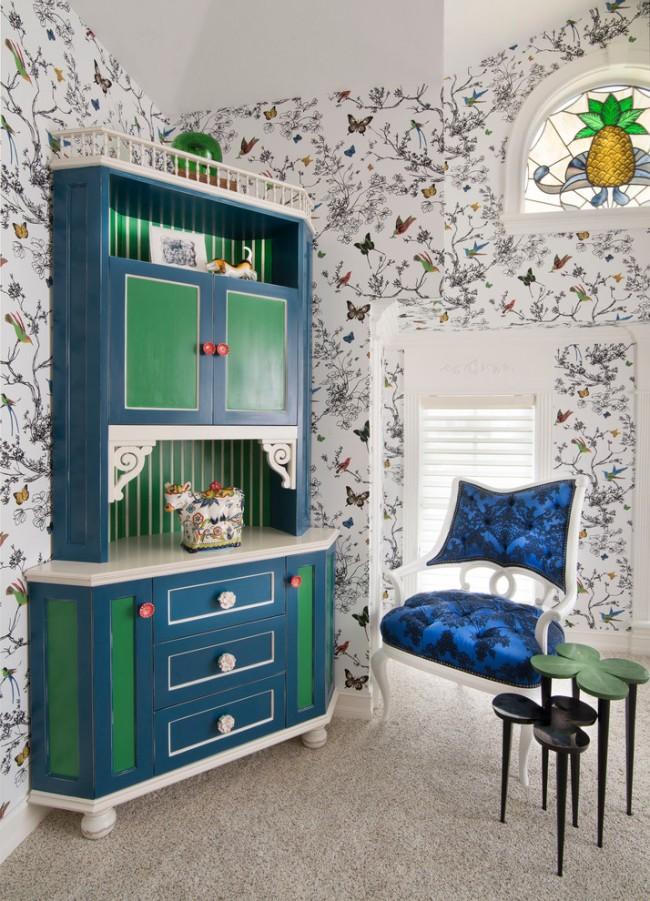 Легкозаменяемые покрытия стен - всегда правильный выбор. Обратите внимание на другие детали: витражное окошко, модная сине-зеленая гамма в цветах мебели