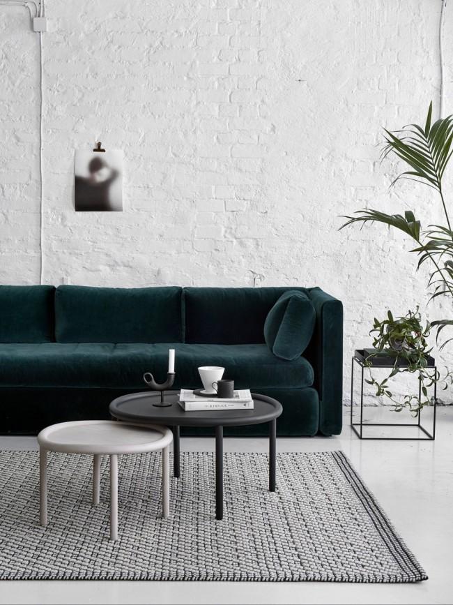 Современный интерьер гостиной с ковром, практически не выделяющимся на фоне цвета наливного полаинтерьер гостиной с ковром, практически, не выделяющимся на фоне напольного покрытия