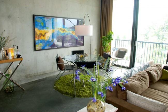 Небольшие коврики способны внести разнообразие в интерьер любого помещения, как этот коврик - островок зеленой травы в гостиной-лофт