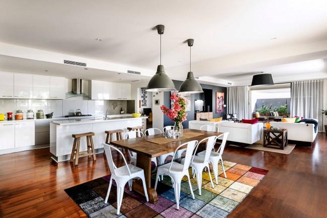 Зонирование квартиры-студии с помощью яркого ковра