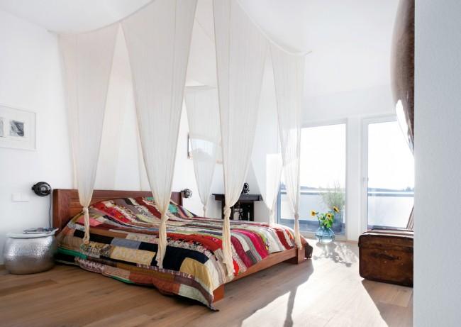 Бескаркасный навес, где ткань перекидывается через веревки, закрепленные на четырех крюках в потолке