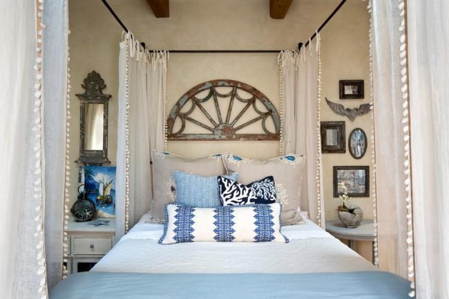 Пляжный стиль в спальне и полупрозрачная занавесь вокруг кровати