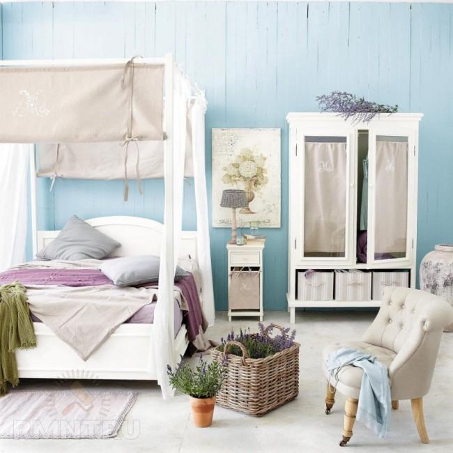 Спальня в прованском стиле с плотным балдахином из натуральных тканей