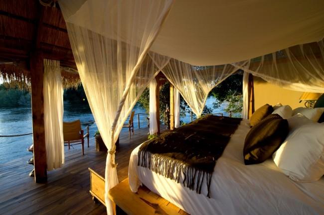 Островная спальня, в которой такой навес над кроватью выполняет функцию защиты от надоедливых насекомых