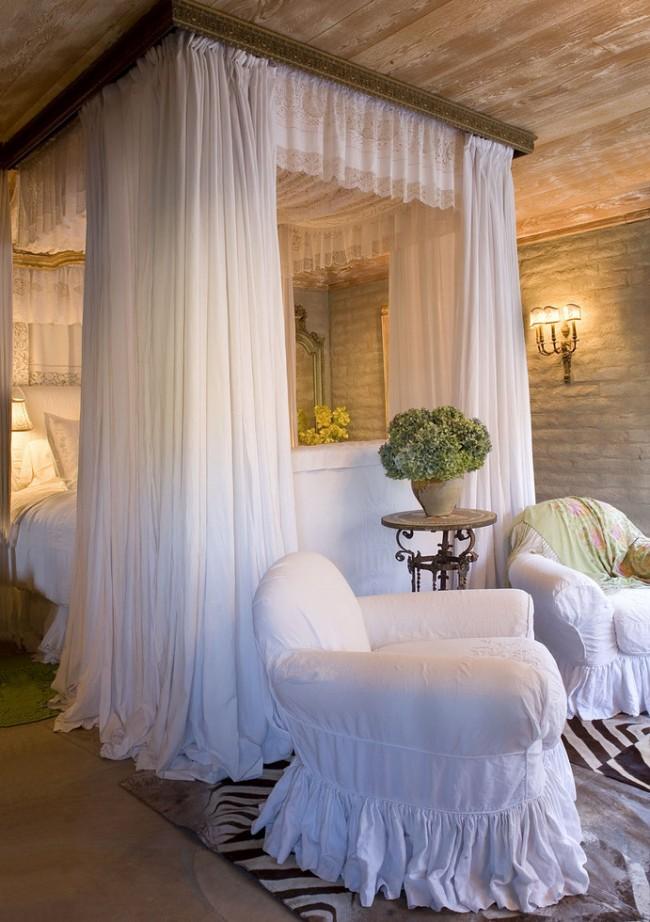 Спальня в стиле прованс с ситцевым белоснежным, мелко присборенным балдахином