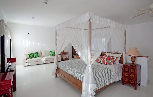 Балдахин над кроватью способен не только гармонично вписаться в любой интерьер, как обстановка середины XX века на фото, но и будет выполнять ряд полезных функций