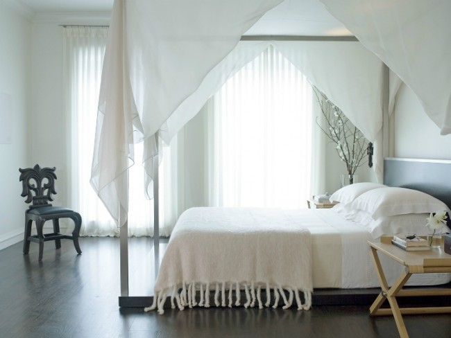 Подиум для кровати, к которому с легкостью можно присоединить каркас для балдахина