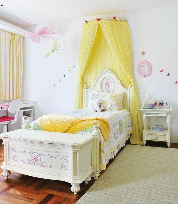 Каркас в виде дуги, прикрепленный у изголовья кровати – красивый и функциональный вариант в детскую комнату. Яркий желтый фатин и сухие цветы на фото делают комнату уютнее и веселее