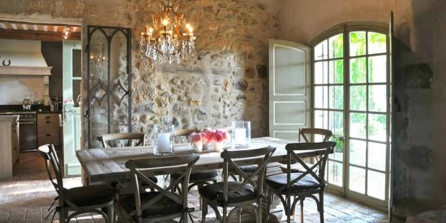 Стиль прованс покоряет своим изящным деревенским колоритом. Оцените красоту натуральной каменной кладки в интерьере кухни загородного дома