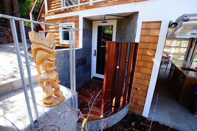 Продуманная удобная и красивая конструкция: второе крыльцо загородного домика с летним душем