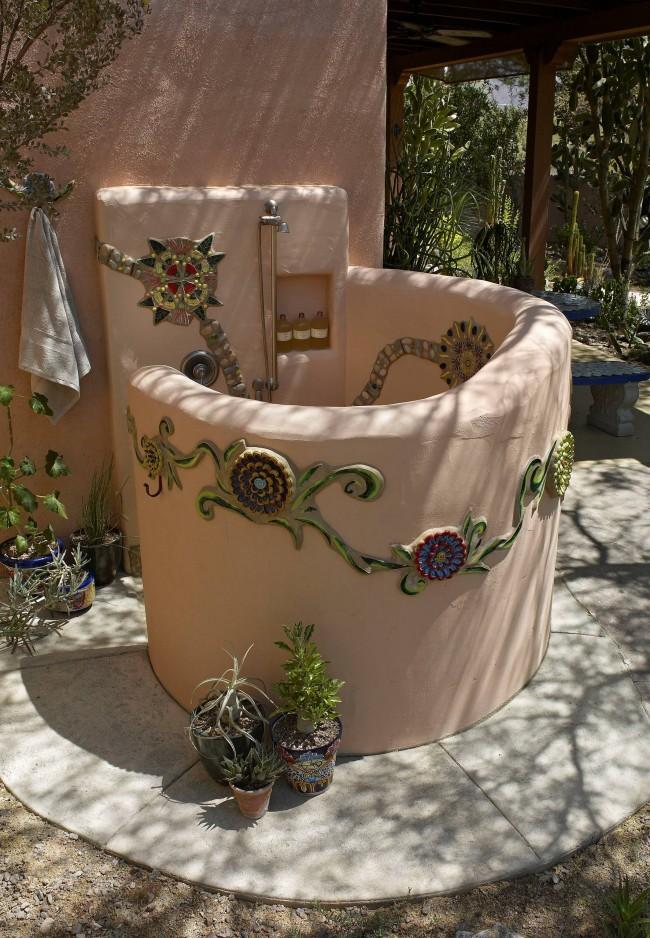 """Пристроенный к дому глиняный душ """"walk-in"""", выполненный в средиземноморском стиле"""
