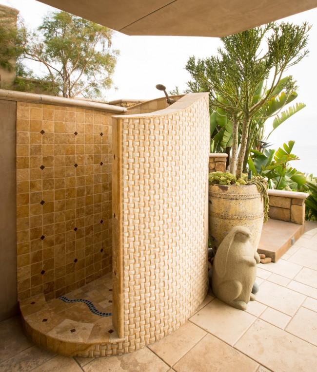 Сочетание природных и синтетических материалов в luxury-душе возле загородного домика в средиземноморском стиле