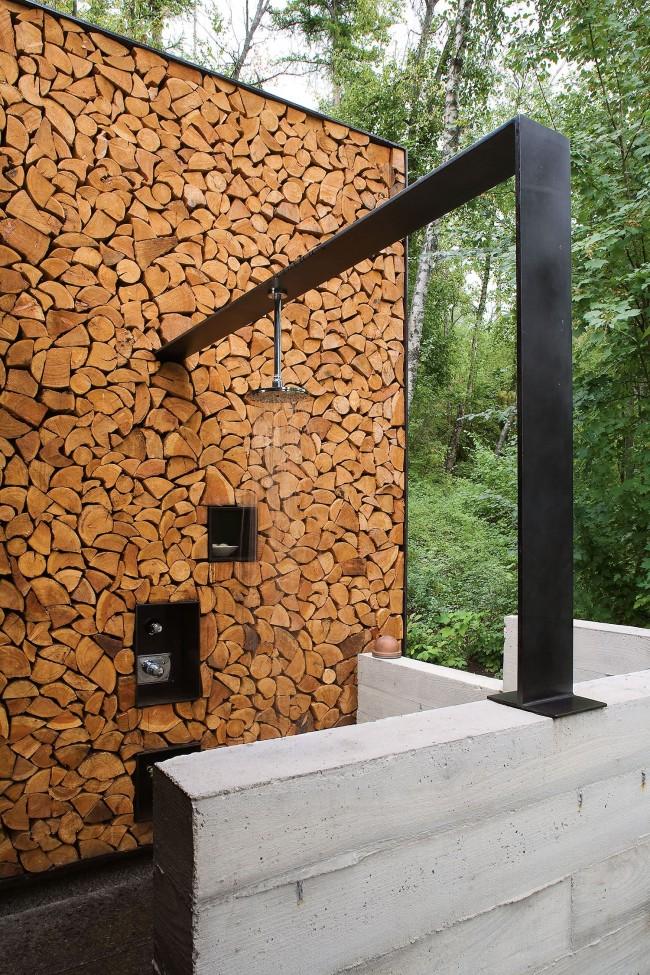 Контемпорари-шик для загородного дома: бетон, металл и декоративная облицовка срезами бревен