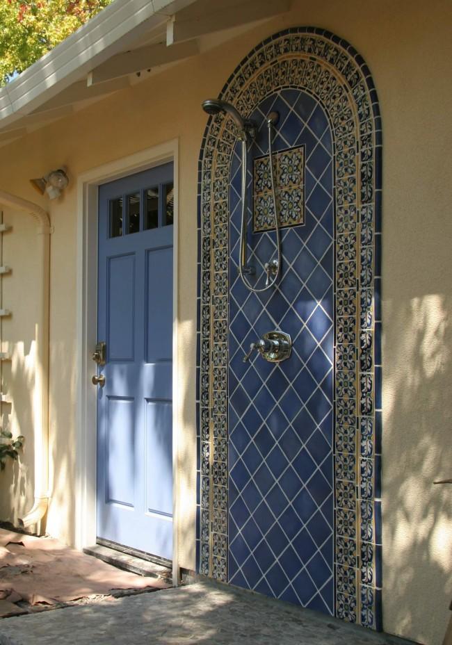 Коммуникации подведены кратчайшим путем из дома: душ возле крыльца, украшенный марокканской мозаикой