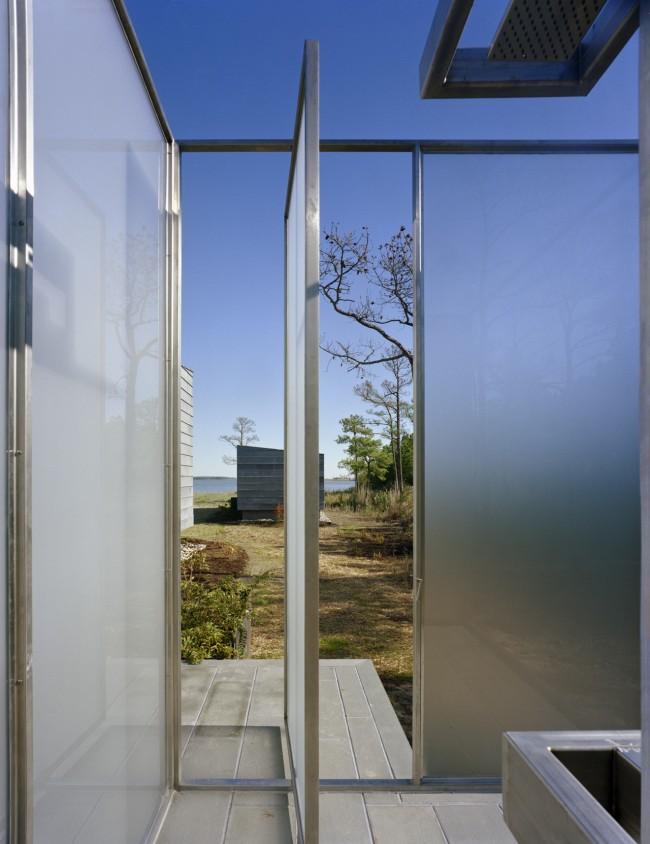 Красивая конструкция из полупрозрачного поликарбоната на металлическом каркасе