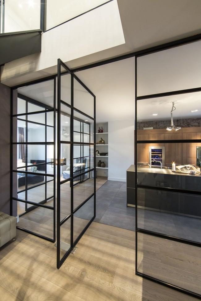 Раздвижные стеклянные двери в металлическом каркасе