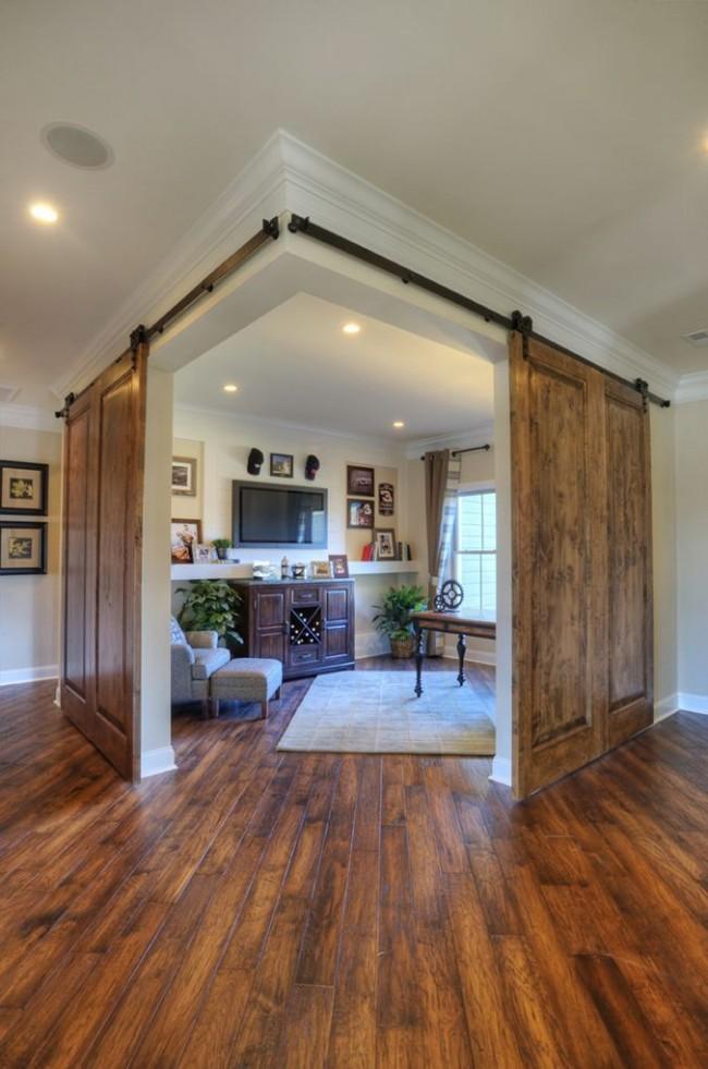 Натуральная деревянная дверь, отгораживающая домашний кабинет