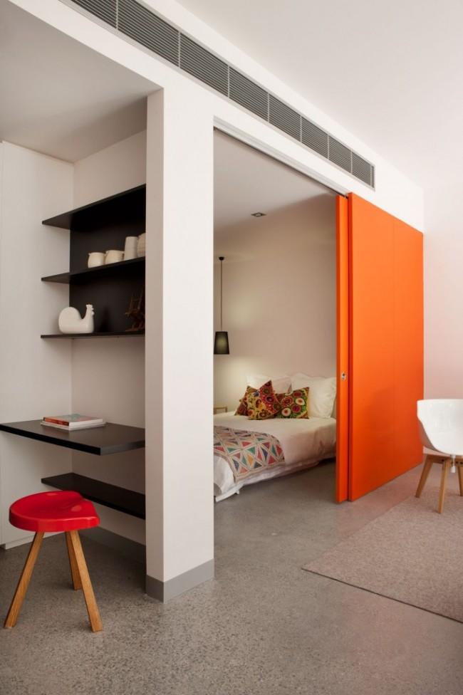 Яркая дверь, отделяющая спальную комнату