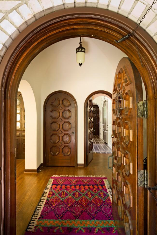 Сочетание входной двери и межкомнатных, выходящих в общий холл