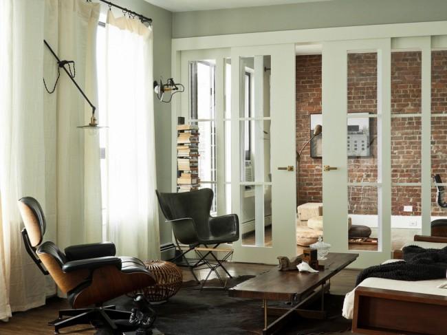Белые двери в интерьере. Стиль контемпорари, очень подходящий для квартир в современных кондоминиумах, и белый цвет перегородки-раздвижных дверей