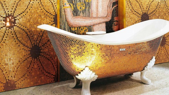 """Наружная отделка ванны золотистой мозаикой в ванной комнате с мозаичной репродукцией """"Юдифи"""" Климта"""