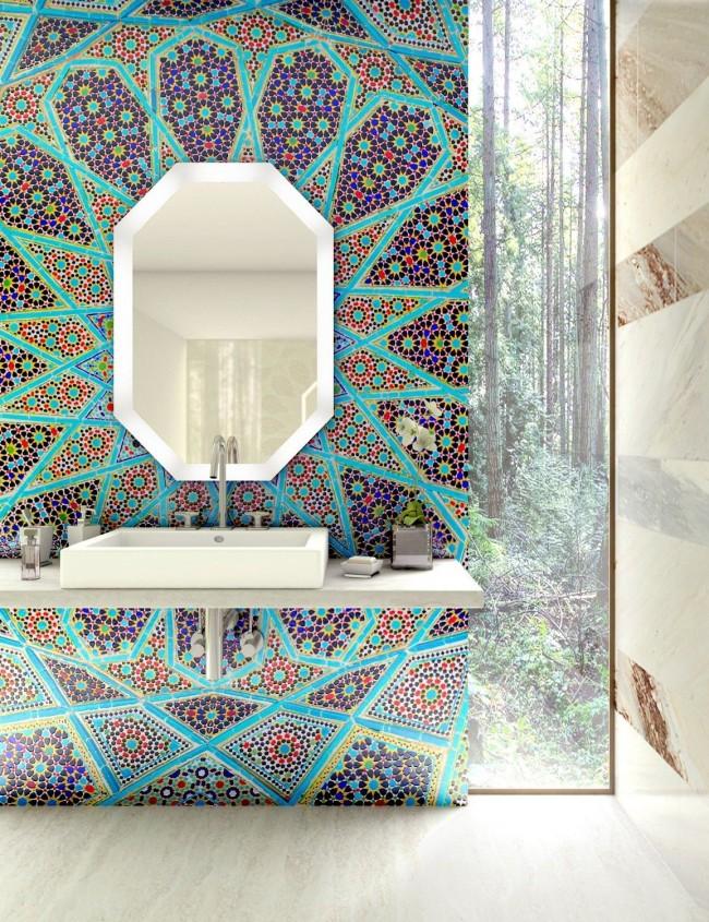 Калейдоскопический рисунок из цветной мозаики на нейтральном фоне из травертина