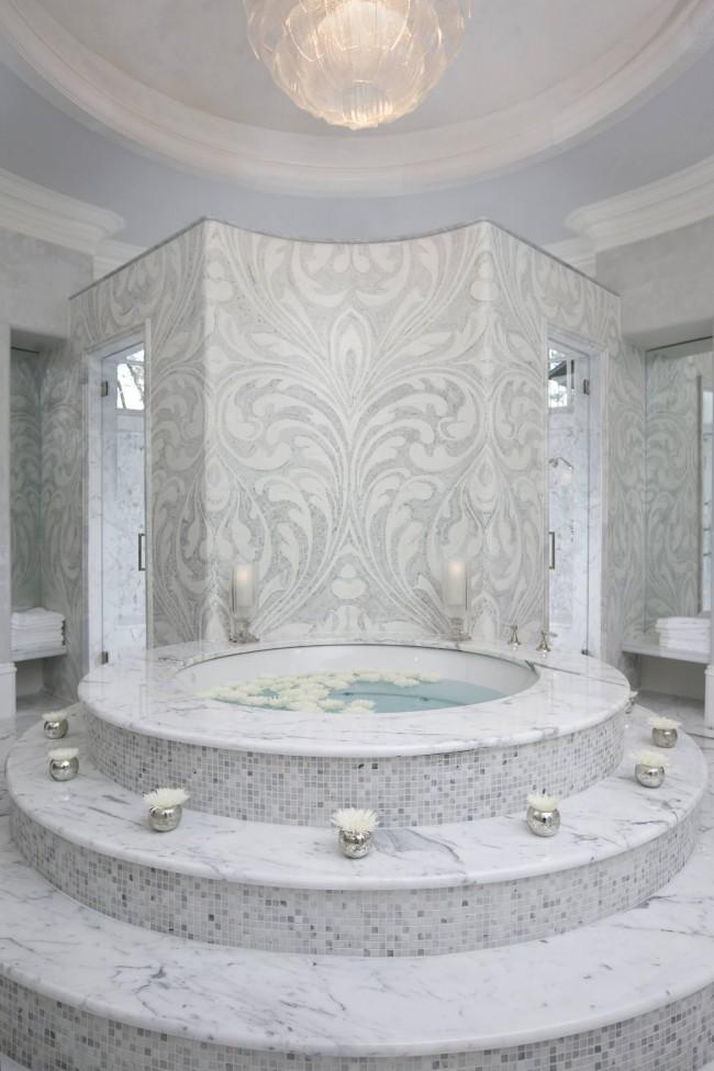 Роскошная круглая ванна со ступенями, выложенными мраморной мозаикой