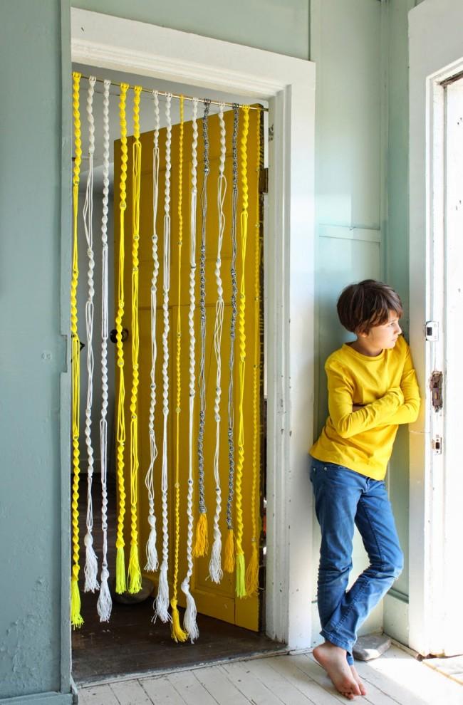 Красивая яркая нитяная штора с косичками - для любителей макраме