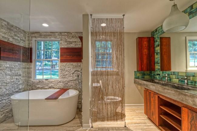 Занавесь из натуральных волокон в зонировании ванной комнаты