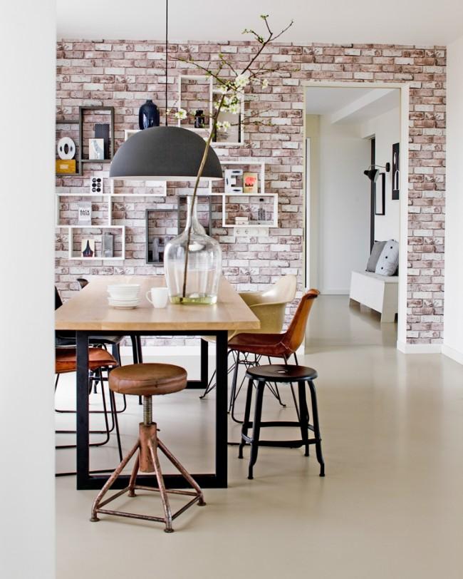 Обои под кирпичную кладку не только подчеркивают изысканность и лоск внутри комнатного пространства, но и существенно упрощают сам процесс декорирования