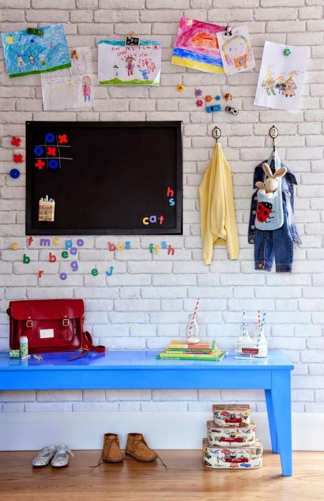 Обои с изображением белого кирпича отлично впишутся в интерьер детской комнаты