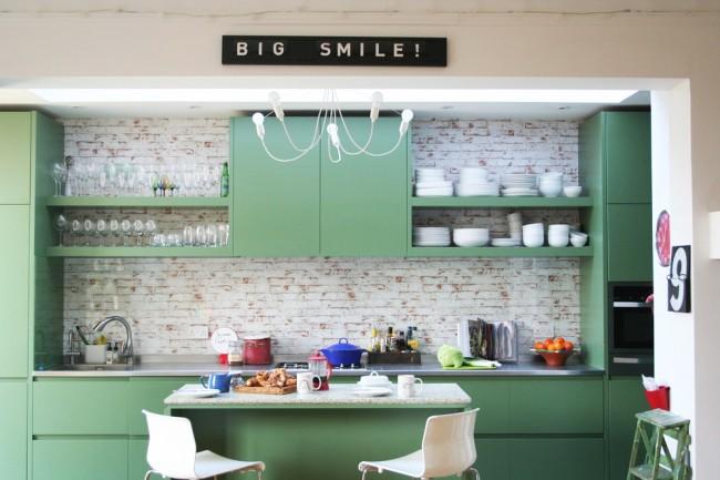 Виниловые обои с имитацией кирпичной кладки в обрамлении рабочей зоны кухни
